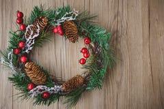 Weihnachtskranz mit hölzernem Hintergrund-Weinlese-Ton Lizenzfreie Stockbilder