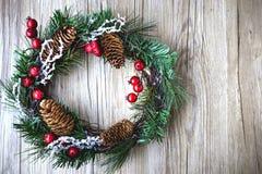 Weihnachtskranz mit hölzernem Hintergrund-Weinlese-Ton Stockbild