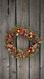 Weihnachtskranz mit Kiefernkegeln und -nüssen Lizenzfreie Stockfotografie