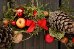Weihnachtskranz mit Kiefernkegeln und -nüssen Lizenzfreie Stockbilder