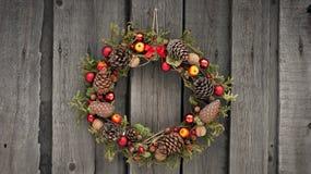 Weihnachtskranz mit Kiefernkegeln und -nüssen Stockfotos