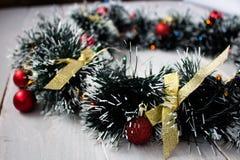 Weihnachtskranz mit Spielwaren auf hölzernem Brett Stockfotos