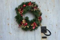 Weihnachtskranz mit Türklopfer Stockbilder