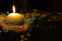 Weihnachtskranz mit weißer Kerze Stockbild