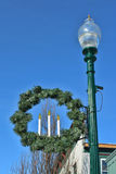 Weihnachtskranz und -laternenpfahl stockbild