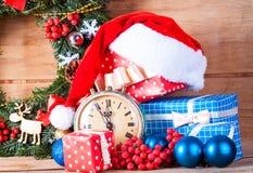 Weihnachtskranz und -uhr kleiden oben Stockfotos