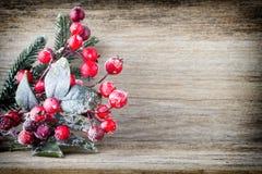 Weihnachtskranz von den roten Beeren, von einem Pelzbaum und von den Kegeln Stockbild
