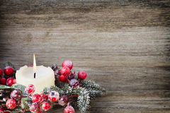Weihnachtskranz von den roten Beeren, von einem Pelzbaum und von den Kegeln Stockfoto