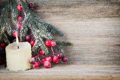 Weihnachtskranz von den roten Beeren, von einem Pelzbaum und von den Kegeln Lizenzfreies Stockfoto