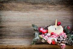 Weihnachtskranz von den roten Beeren, von einem Pelzbaum und von den Kegeln Lizenzfreie Stockfotografie