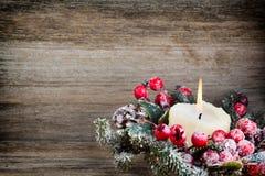 Weihnachtskranz von den roten Beeren, von einem Pelzbaum und von den Kegeln Lizenzfreies Stockbild