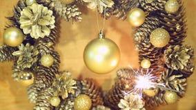 Weihnachtskranz von Kegeln und von Bällen auf Holzoberfläche stock video