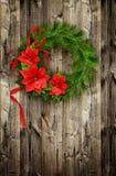 Weihnachtskranz von Kiefer Zweigen und ponsettia blüht Stockfotos