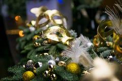 Weihnachtskranz von Koniferenniederlassungen, von Kegeln und von Weihnachtsbaum Dekorationen stockfoto