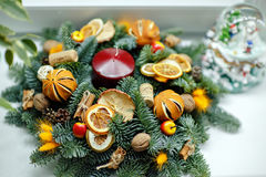 Weihnachtskranz von Weihnachtsbäumen, von Tangerinen, von Orangen und von Brustbeeren Stockbild
