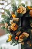 Weihnachtskranz von Weihnachtsbäumen, von Tangerinen, von Orangen und von Brustbeeren Stockfoto