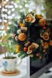 Weihnachtskranz von Weihnachtsbäumen, von Tangerinen, von Orangen und von Brustbeeren Lizenzfreies Stockfoto