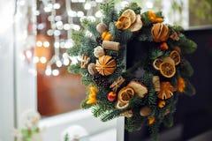 Weihnachtskranz von Weihnachtsbäumen, von Tangerinen, von Orangen und von Brustbeeren Stockfotografie