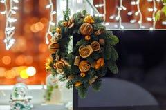 Weihnachtskranz von Weihnachtsbäumen, von Tangerinen, von Orangen und von Brustbeeren Stockbilder