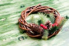 Weihnachtskranz von Zweigen mit Kiefernnadeln und von Kegeln auf einem Grün Lizenzfreie Stockfotografie