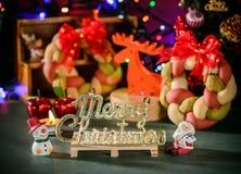 Weihnachtskranzbrot mit Weihnachtsbaum, Santa Claus, Weihnachtstextdekoration Stockbilder
