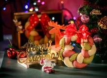 Weihnachtskranzbrot mit Weihnachtsbaum, Santa Claus, Weihnachtstextdekoration Stockfotos