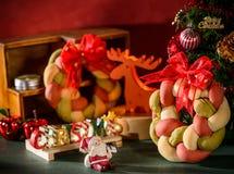 Weihnachtskranzbrot mit Weihnachtsbaum, Santa Claus, Weihnachtstextdekoration Lizenzfreies Stockfoto