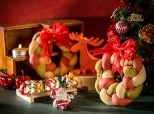 Weihnachtskranzbrot mit Weihnachtsbaum, Santa Claus, Weihnachtstextdekoration Lizenzfreie Stockbilder