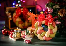 Weihnachtskranzbrot mit Weihnachtsbaum, Santa Claus, Weihnachtstextdekoration Lizenzfreie Stockfotos