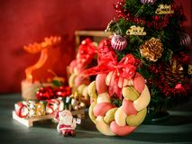 Weihnachtskranzbrot mit Weihnachtsbaum, Santa Claus, Weihnachtstextdekoration Stockfotografie