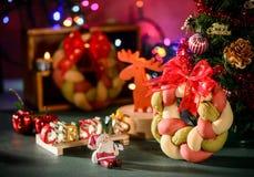 Weihnachtskranzbrot mit Weihnachtsbaum, Santa Claus, Weihnachtstextdekoration Stockfoto