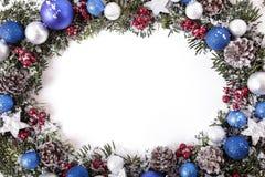 Weihnachtskranzgrenze im Schnee mit weißem Kopienraum lizenzfreie stockfotos