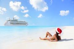 Weihnachtskreuzfahrtreise - Frau, die auf Strand sich bräunt Stockbild