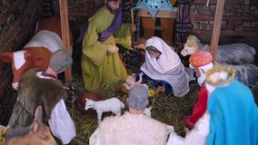 Weihnachtskrippe in einer christlichen Kirche stock footage