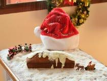 Weihnachtskuchen mit fallendem Schnee Lizenzfreie Stockfotos