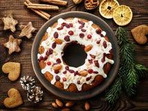 Weihnachtskuchen mit Früchten und Nüssen Stockbild