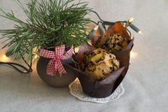 Weihnachtskuchen mit Schokoladensplittern, Weihnachtslichtern und Kiefernblumenstrauß auf einem Leinenhintergrund Stockfoto