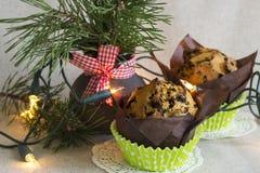 Weihnachtskuchen mit Schokoladensplittern, Weihnachtslichtern und Kiefernblumenstrauß auf einem Leinenhintergrund Stockfotos