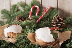 Weihnachtskuchen mit selbst gemachtem Karamellstock stockfotos