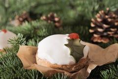 Weihnachtskuchen mit selbst gemachtem Karamellstock stockfoto