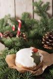 Weihnachtskuchen mit selbst gemachtem Karamellstock lizenzfreies stockbild