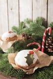 Weihnachtskuchen mit selbst gemachtem Karamellstock lizenzfreie stockbilder