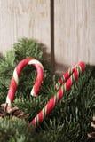 Weihnachtskuchen mit selbst gemachtem Karamellstock stockfotografie