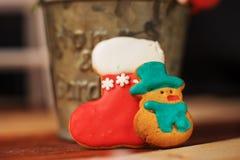 Weihnachtskuchen sind- auf dem Tisch Lizenzfreie Stockfotos