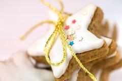 Weihnachtskuchen, Sternform mit weißer Glasur Lizenzfreie Stockfotografie
