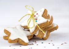 Weihnachtskuchen, Sternform mit weißer Glasur Stockbilder
