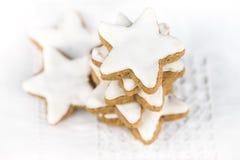 Weihnachtskuchen, Sternform mit weißer Glasur Stockfotografie
