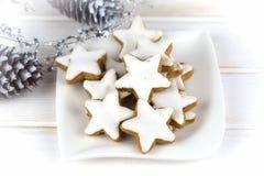 Weihnachtskuchen, Sternform mit weißer Glasur Stockfotos