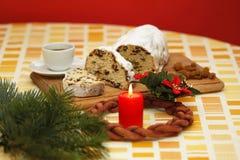 Weihnachtskuchen und Aufkommen Wreath Stockfotografie