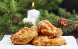 Weihnachtskuchen und -Tannenzweige im Hintergrund Lizenzfreie Stockfotos